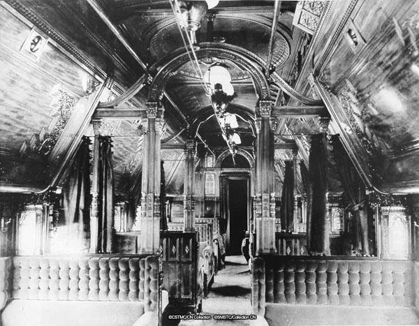 Photo montrant l'intérieur d'une voiture-couchelles sur un train du Grand Trunk Railway, en 1870